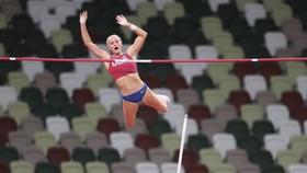 VĐV Katle Nageotte bất ngờ vượt qua mức xà 4m90 để giành HCV nhảy sào nữ cho đoàn Mỹ.