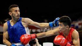 Võ sĩ Carlo Paalam (phải) của Philippines giành HCB môn quyền Anh tại Olympic Tokyo 2020.