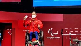 Lê Văn Công trên bục nhận HCB hạng cân 49kg nam tại Paralympic Tokyo 2020.
