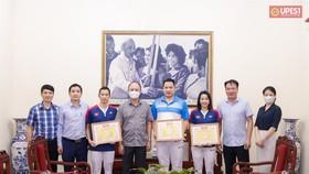 Nguyễn Tiến Minh và Nguyễn Thùy Linh được lãnh đạo trường đại học TDTT Bắc Ninh trao bằng khen. Tác giả: ĐH TDTT Bắc Ninh