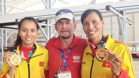 Chuyên gia Joseph Donnelly và các tuyển thủ rowing Việt Nam. Ảnh: DŨNG PHƯƠNG