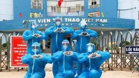 Các bác sĩ của Bệnh viện thể thao Việt Nam tham gia hỗ trợ tại Quận 8 (TPHCM).
