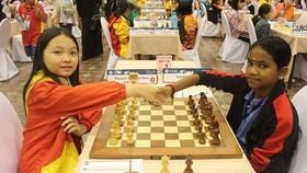 Kỳ thủ Nguyễn Lê Cẩm Hiền (trái) giành HCV đồng đội lứa tuổi U14 nữ.