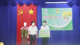Ông Ngô Văn Đông - TGĐ Công ty CP Phân bón Bình Điền - trao tặng combo nông sản cho nông dân tại Long An.