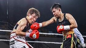 Thu Nhi (phải) đánh bại Etsuko Tada để giành đai vô địch WBO hạng ruồi.