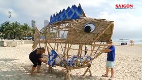 """Cá Bống khổng lồ """"ăn"""" rác thải nhựa trên bãi biển Đà Nẵng"""