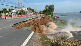 Sạt lở kéo dài hơn 40m, An Giang di dời khẩn cấp 27 hộ dân