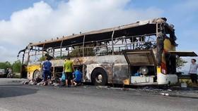 Xe khách bốc cháy lúc rạng sáng trên Quốc lộ 1