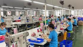 Nhiều doanh nghiệp thuận lợi trong bố trí 3 tại chỗ để duy trí sản xuất, nhưng không ít doanh nghiệp chật vật vì cơ sở vật chất không đảm bảo. Ảnh: TN