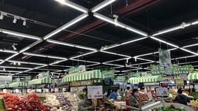 Hàng hóa đầy ắp tại các siêu thị nhưng người tiêu dùng TPHCM chật vật mua sắm.