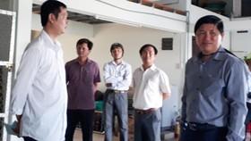 Ông Lê Văn Sử, Phó Chủ tịch UBND tỉnh Cà Mau (bìa phải) kiểm tra sạt lở tại khu vực khóm 8, thị trấn Năm Căn