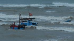 Cà Mau: Cứu sống 7 thuyền viên chìm tàu trên biển