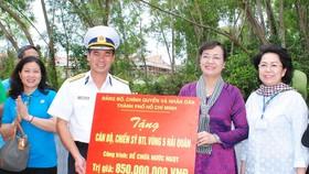 Đồng chí Nguyễn Thị Quyết Tâm tặng bể chứa nước ngọt cho  Bộ Tư lệnh Vùng 5 Hải quân