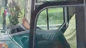 Sa thải tài xế lái xe bằng chân trên đường cao tốc