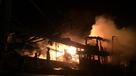 Tàu cá bốc cháy giữa đêm khuya khi đang neo đậu trên sông Ông Đốc