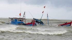 Cà Mau: Cứu kịp thời 4 ngư dân bị chìm tàu trên biển