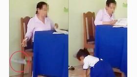 """Cô giáo chấm bài xong rồi """"thả"""" xuống nền gạch, học sinh chạy lên nhặt đem về. Ảnh cắt từ clip"""