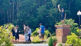 Hỗ trợ du khách chụp hình phản cảm trên cột mốc Tọa độ quốc gia, hướng dẫn viên bị kỷ luật