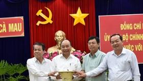 Thủ tướng Nguyễn Xuân Phúc tặng qùa cho lãnh đạo tỉnh Cà Mau sau buổi làm việc
