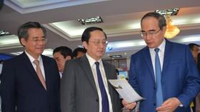 Bí thư Thành ủy TPHCM Nguyễn Thiện Nhân tham quan các gian hàng về du lịch của các tỉnh, thành ĐBSCL trưng bày tại hội nghị