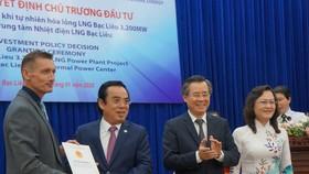 Trao giấy chứng nhận đăng ký đầu tư cho dự án Nhà máy điện LNG 4 tỷ USD