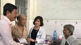 Xúc động bệnh nhân nghèo nhường nhau quà tết