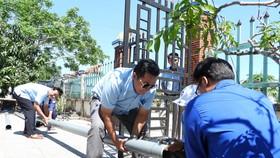 """Lắp đặt đường ống dẫn nước dẫn nước ngọt """"giải khát"""" cho người dân lúc cao điểm mùa khô hạn"""