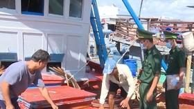 Lực lượng chức năng kiểm tra tàu trên biển