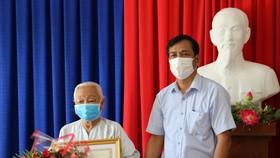 Ông Trần Hồng Quân, Phó chủ tịch UBND tỉnh trao bằng khen cho cụ Quách Thị Chao- một trong 5 cụ sống tại Trung tâm Bảo trợ xã hội tỉnh...