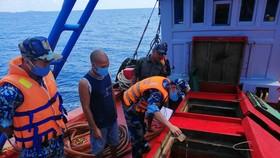 Lực lượng làm nhiệm vụ kiểm tra tàu TG 90659 TS chở khoảng 50.000 lít dầu D.O không có giấy tờ chứng minh nguồn gốc hợp pháp. Ảnh: THANH NGHỊ