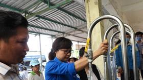 Vận hành hệ thống lọc nước mặn thành nước ngọt vừa bàn giao ở xã Khánh Bình Tây Bắc.