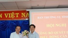 Phó Bí thư Thường trực Tỉnh ủy Cà Mau Phạm Bạch Đằng (trái) trao quyết định điều động ông Phạm Chí Hải giữ chức Bí thư huyện ủy Ngọc Hiển