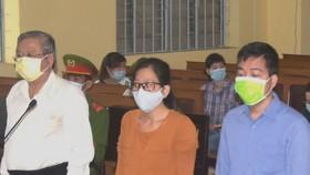 Nguyên Giám đốc Sở Y tế Cà Mau Huỳnh Quốc Việt (bìa trái) và các bị cáo tại phiên tòa