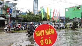 Khu vực ngã tư Nguyễn Trãi - Phan Ngọc Hiển bị ngập sâu và xuất hiện nhiều ổ gà