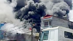 Cháy cửa hàng điện máy và điện thoại di động ở Cà Mau