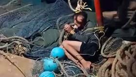 Ngư dân bị trói nằm trên tàu. Ảnh: Người dân cung cấp