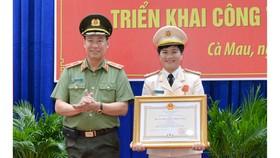 Thứ trưởng Lê Tấn Tới trao Huân chương Chiến công hạng Ba của Chủ tịch nước tặng Thượng tá Đoàn Thanh Thủy, Phó Giám đốc Công an tỉnh Cà Mau