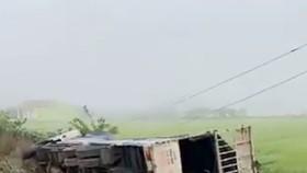 Xe tải đâm xe khách văng xuống ruộng, 1 người chết, 7 người bị thương