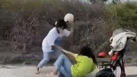 Hình ảnh học sinh đánh nhau lan truyền trên mạng. Ảnh: cắt từ clip