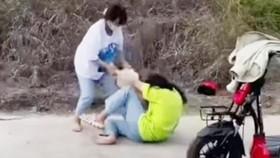 Hình ảnh em Đ.A.T. bị đánh hội đồng. Ảnh cắt từ clip