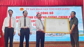Ông Mai Văn Huỳnh (bên phải), Phó Bí thư Thường trực, Chủ tịch HĐND tỉnh Kiên Giang, thừa uỷ quyền của Thủ tướng Chính phủ trao quyết định thành lập Khu kinh tế cửa khẩu Hà Tiên. Ảnh: KHÁNH THÙY