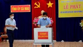 Lãnh đạo tỉnh Cà Mau ủng hộ Quỹ phòng chống dịch Covid-19. Ảnh: TRÚC ĐÀO
