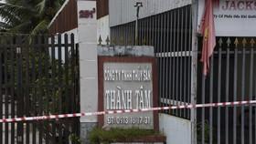 Phong tỏa tại khu vực Công ty TNHH MTV dịch vụ thủy sản Thành Tâm. Ảnh: HOÀNG GIANG