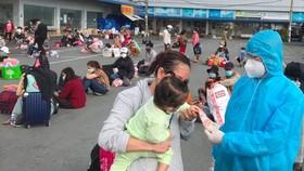 Người dân tập trung trước khi lên xe về quê