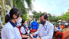 Trao học bổng cho học sinh hiếu học có hoàn cảnh đặc biệt khó khăn vào sáng 13-9, tại Trường THCS Ngô Quyền, TP Cà Mau