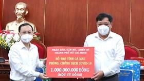 Bí thư Thành ủy TP Thủ Đức Nguyễn Văn Hiếu (bên trái) trao hỗ trợ Cà Mau kinh phí phòng chống dịch Covid-19