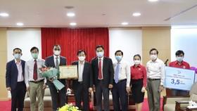 Đại diện P&G Việt Nam trao tài trợ hiện kim và hàng hóa hỗ trợ công tác phòng, chống dịch Covid-19