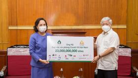 Đại diện MTTQ Việt Nam tiếp nhận số tiền ủng hộ từ Tập đoàn TCC
