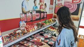 Người tiêu dùng lựa chọn thịt heo sạch MEATDeli tại cửa hàng VinMart+
