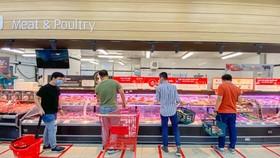 Ngay ngày đầu hoạt động trở lại, siêu thị đã đầy ắp hàng hóa để phục vụ người dân
